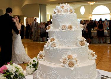 wedding cake couple's first dance